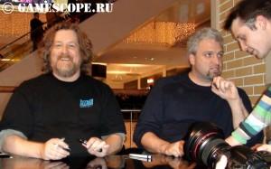 Рассел Брауер улыбается, а Монте Крол отвечает на вопрос фаната